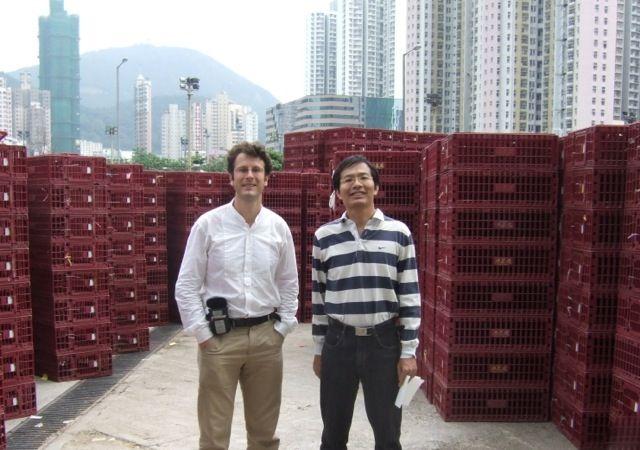Frédéric Keck et un informateur sur le marché central de volailles Cheung Sha Wan de Hong Kong en 2007