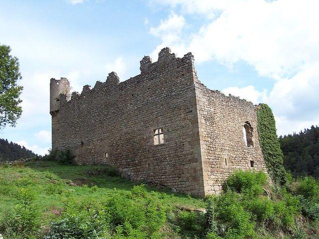 Grazac ((Haute-Loire) - Vue d'ensemble du logis datant du XIVe siècle, du château de Carry, à Grazac en Haute-Loire