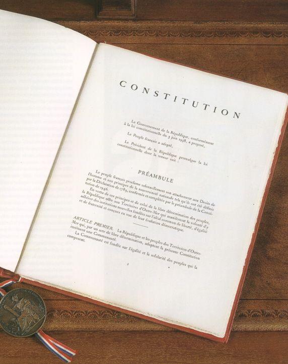 La Constitution de 1958 avec le sceau de la République Française