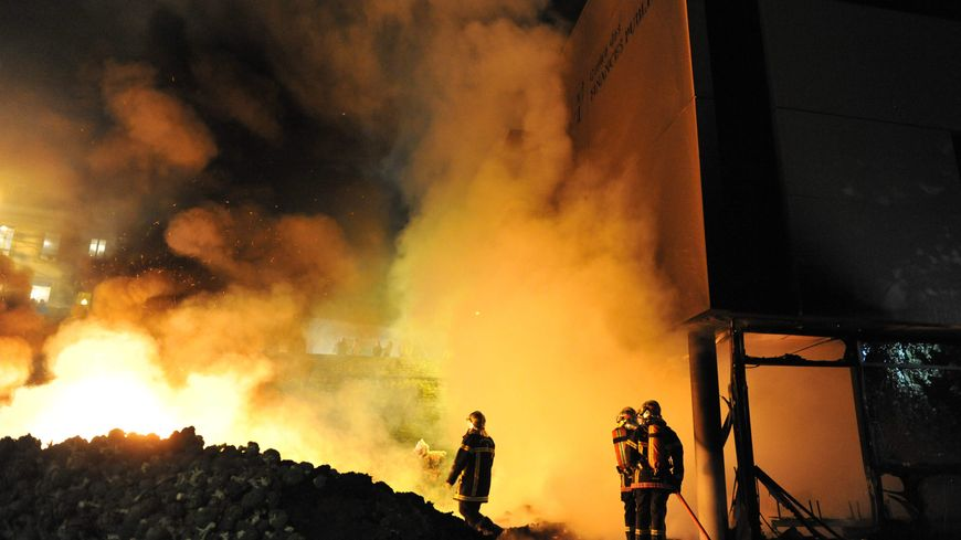 Le gouvernement a condamné les incendies de bâtiments publics à Morlaix (Finistère) provoqués par des légumiers vendredi soir