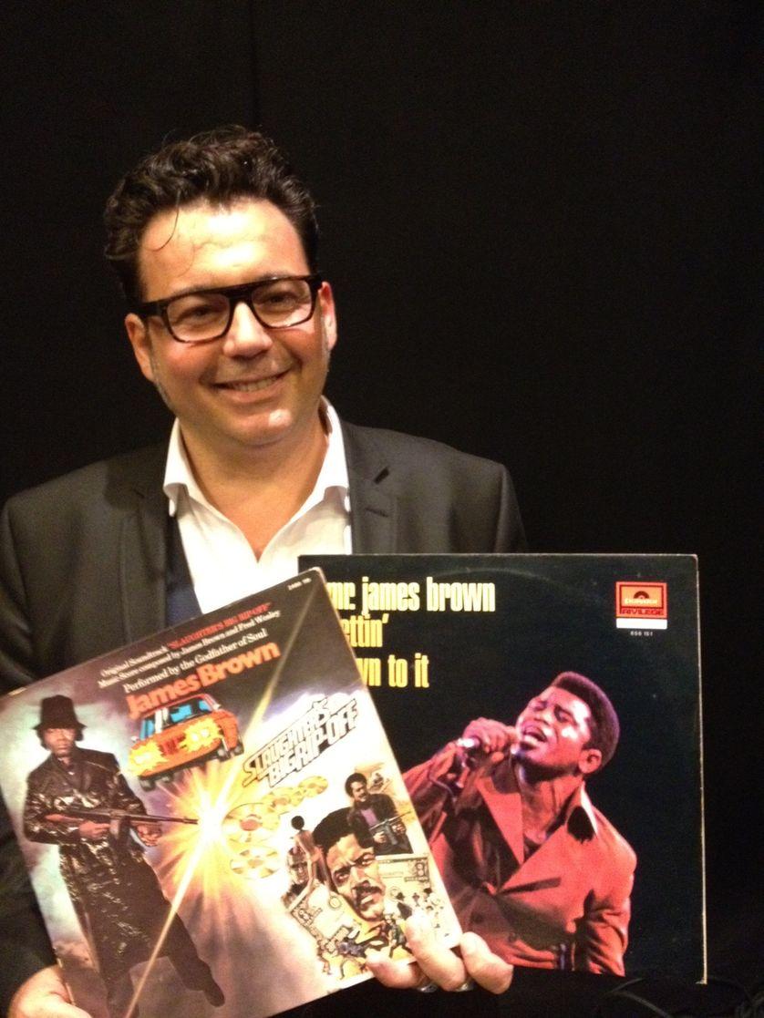 Marc Maret avec les vinyles de James Brown au studio 108