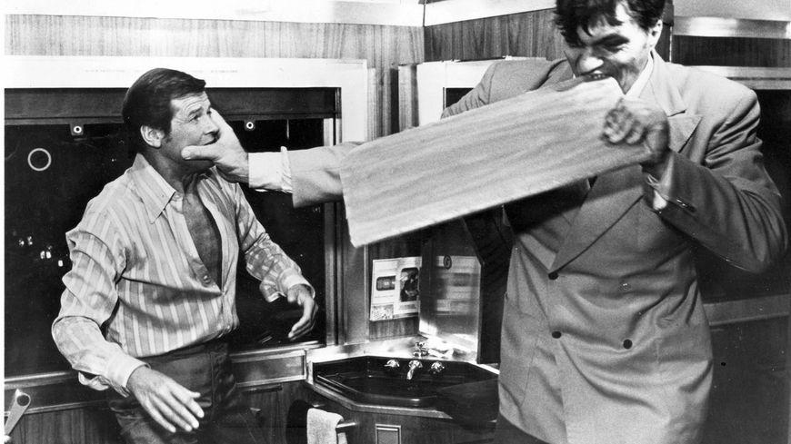 """Richard Kiel face à Roger Moore, dans """"L'Espion qui m'aimait trop"""""""