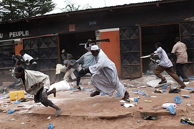 """Pillage d'un magasin musulman par des chrétiens dans le quartier """"Combattants"""" à Bangui."""