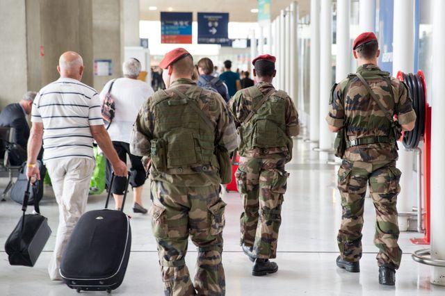 Il y aura davantage de patrouilles dans les aéroports et les gares