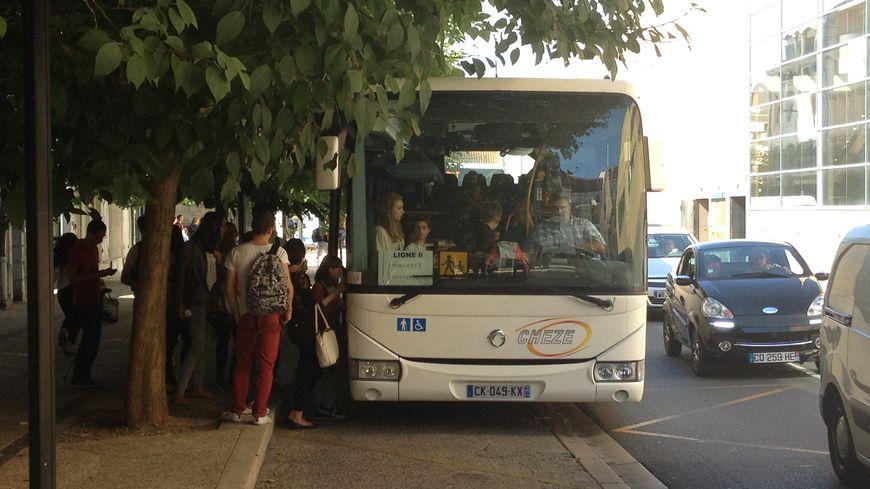 Un bus Trans-Périgord à l'arrêt Francheville de Périgueux
