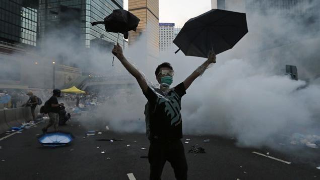 A Hong Kong, les militants pro-démocratie manifestent avec des parapluies