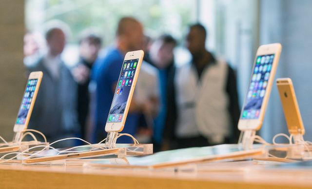 Des files d'attente se sont formées devant de nombreux Apple Store, comme ici à Berlin