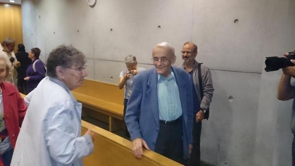 Le père Riffard au tribunal de police, à l'annonce de sa relaxe.