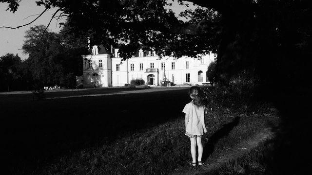 Emmanuelle Guattari devant la clinique de La Borde en 1972