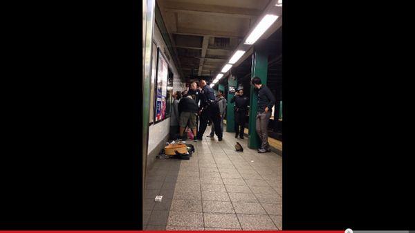 L'arrestation musclée d'un musicien dans le métro new yorkais crée la polémique sur Internet