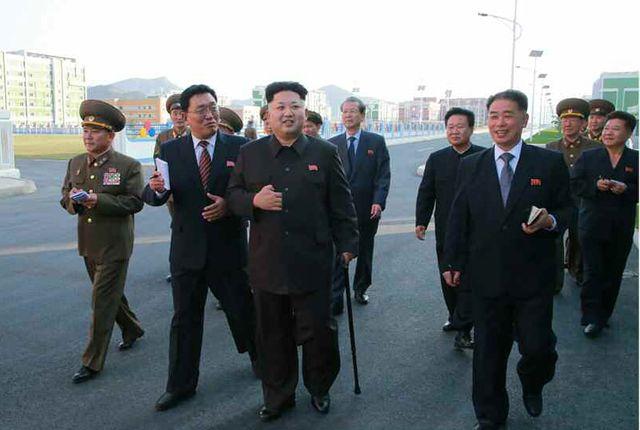 Il est appuyé sur une canne mais Kim Jong-Un vivant