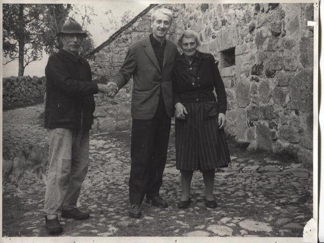 G.H. Rivière entouré de Jean et Joséphine Girbal lors de son enquête sur l'Aubrac en 1964