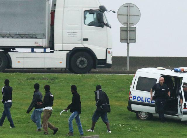 Migrants chassés par des policiers