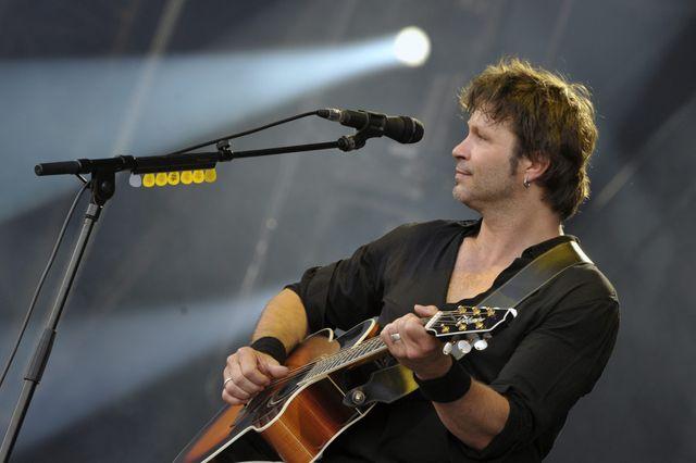 Bertrand Cantat joue avec son nouveau groupe, Détroit, sur la scène des Vieilles Charrues le 19 juillet 2014