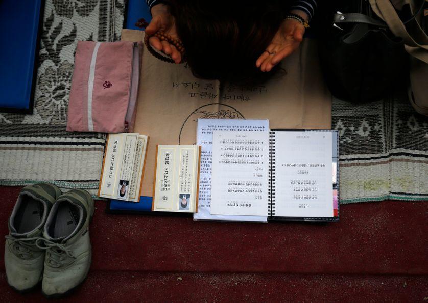 Une femme prie à Séoul en novembre 2013 pour l'entrée à l'université de ses fils