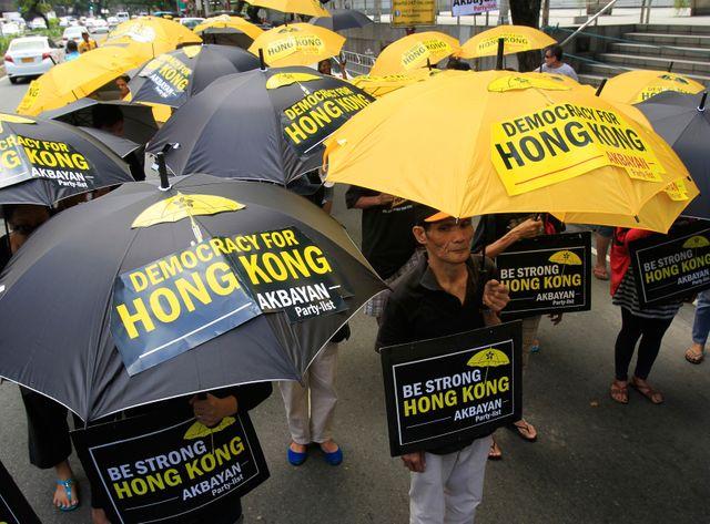 Les manifestants continuent à se réunir sous les parapluies pacifiquement