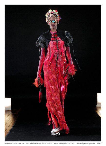 "f On Aura Tout Vu Fall Winter 2003-2004 during Haute Couture Fashion Week Paris. The "" Matrix ""Collection."