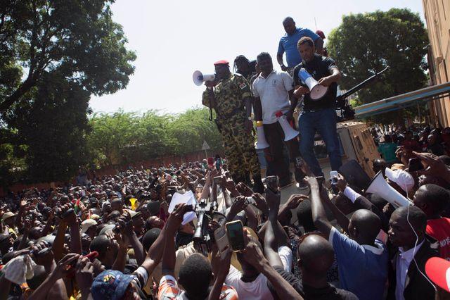 Le lieutenant-colonel Isaac Zida arrangue la foule de manifestants anti-gouvernementaux