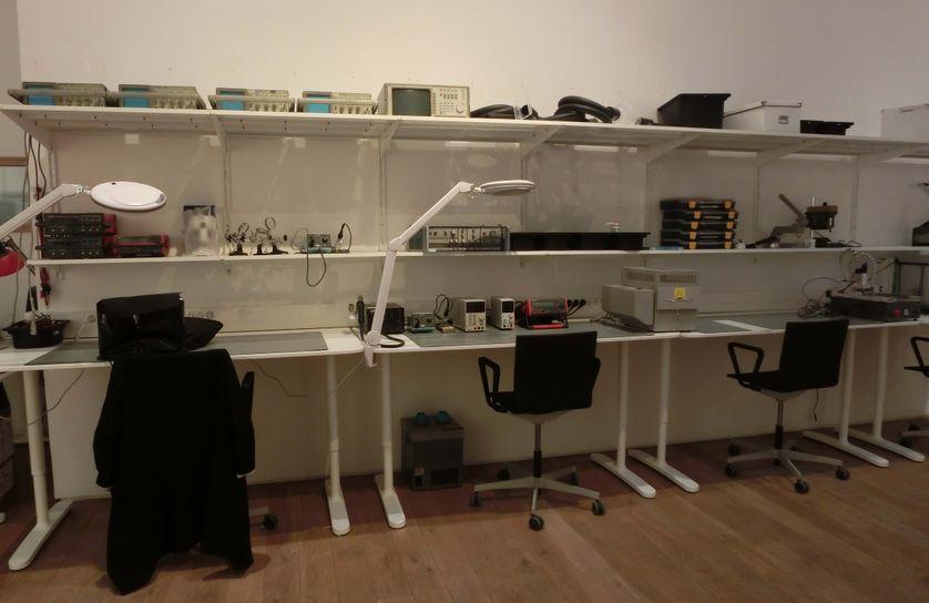 L'espace propose du matériel pour traiter le bois, le métal, l'électronique.