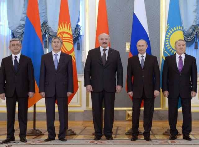Vladimir Poutine à Moscou entouré des présidents d'Arménie, du Kirghizistan, de Biélorussie et du Kazakhstan