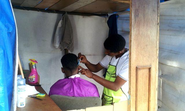 Salon de coiffure improvisé