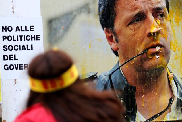 Des oeufs jetés sur une affiche de Renzi le 8 octobre dernier