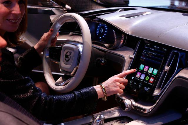 Les voitures intègrent de plus en plus les fonctionnalités des tablettes et des smartphones