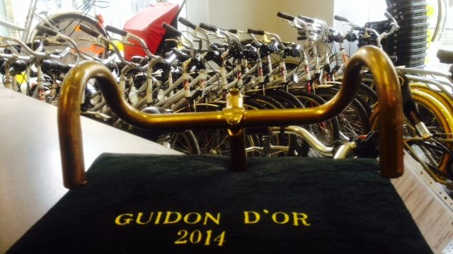 Le guidon d'or reçu par Bordeaux et la CUB