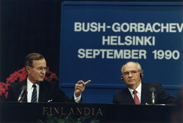 George H. W. Bush et Mikhaïl Gorbatchev lors d'une conférence de presse au sommet d'Helsinki le 9 septembre 1990