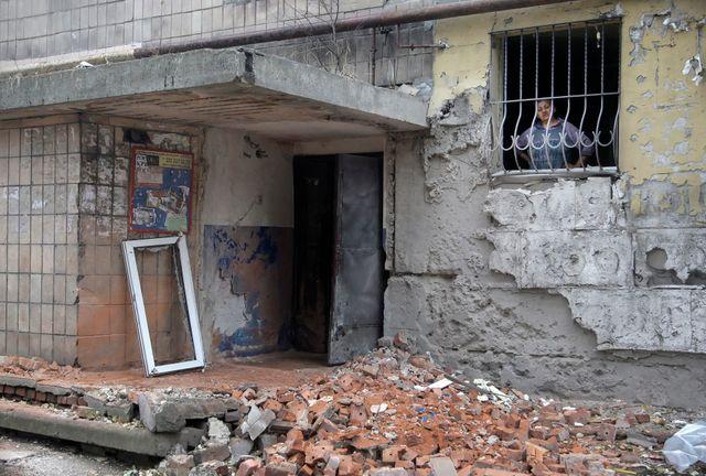 Une femme réfugiée dans les décombres de sa maison à Donetsk