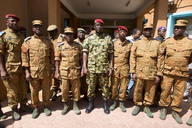 le lieutenant-colonel Isaac Zida et les militaies qui l'ont adoubé samedi
