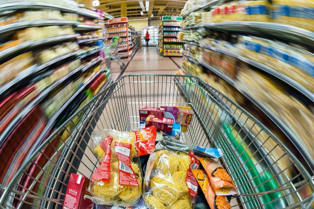 Pousser un caddi dans un supermarché