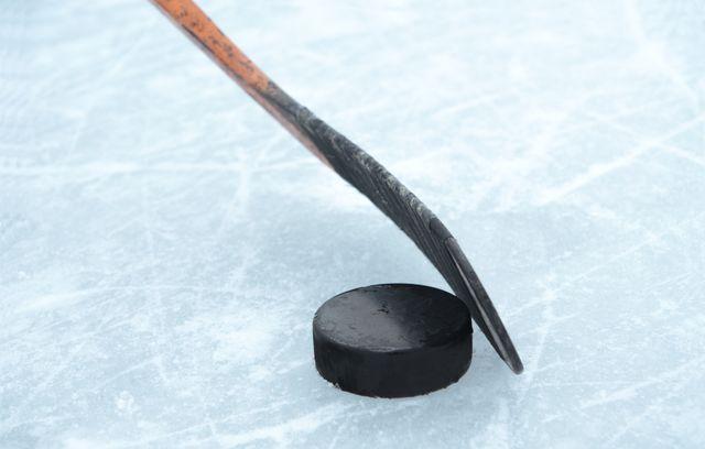 Hockey surglace, crosse et palet