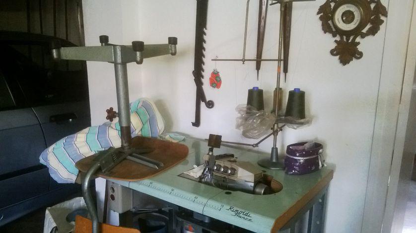 Machine à coudre offerte à Annie Ravailler avant la fermeture définitive de l'entreprise en 1994