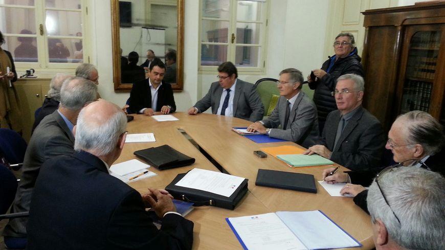 Stéphane Sbraggia remet les clés de la mairie à la délégation spéciale (Photo Alexandre Sanguinetti)