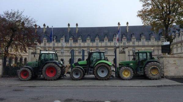 Trois tracteurs devant l'hôtel de région à Châlons-en-Champagne.