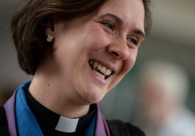 La révérend Kat Campion-Spall pleure de joie après la réunion du Synode qui a approuvé la consécration des femmes évêques