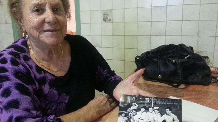 Marinette va montrer à Rudi cette vieille photo sur laquelle on les voit, avec leurs amis à la fin des années 40.