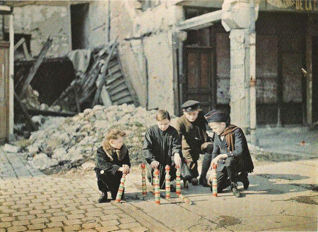 Enfants jouant aux quilles dans les ruines de Reims - Autochrome de F.Cuville - 6 mars 1917