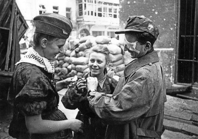 """Deux infirmières et un soldat du bataillon """"Parasol"""" rue Warecka à Varsovie le 01/09/1944"""