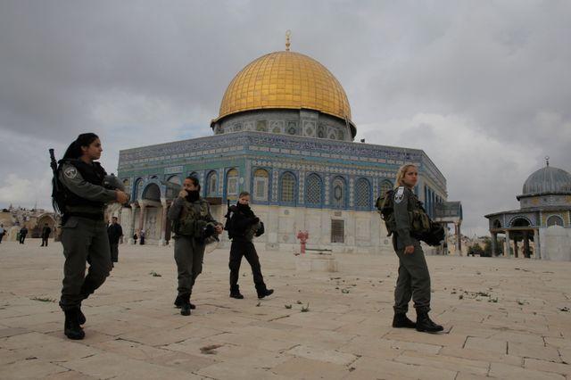 Patrouille devant le Dôme du Rocher à Jérusalem.
