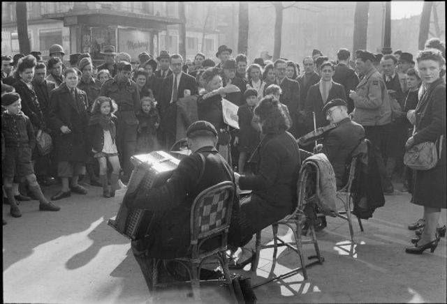 Musiciens de rue à Paris au printemps 1945