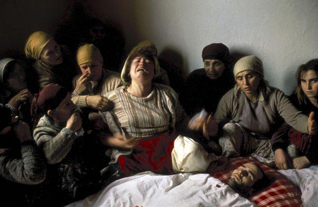 28 janvier 1990, Kosovo, Nagafc. Veillée funèbre de Nasimi Elshani, militant indépendantiste tué par la police serbe