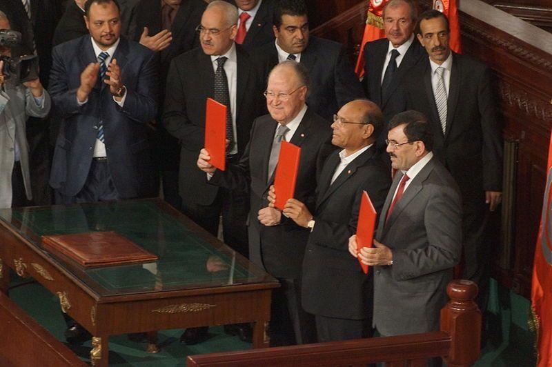Signature de la Constitution tunisienne de 2014 par M. Ben Jaafar, M. Marzouki et A. Larayedh, 27 janv.