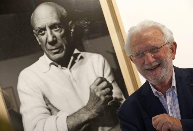 Lucien Clergue devant un portrait de Pablo Picasso