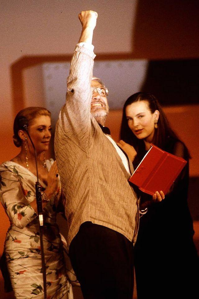 Maurice Pialat reçoit la Palme d'Or pour son film Sous le soleil de Satan.