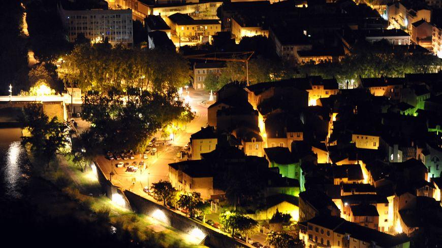 La pollution lumineuse est causée par l'éclairage public urbain.