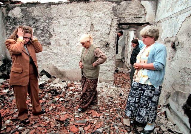 (Droite à Gauche) Ryvijé, Sabrié et Aferdita Elshani découvrent les ruines de leur maison à Nagafc. Ici, dans la pièce où a été