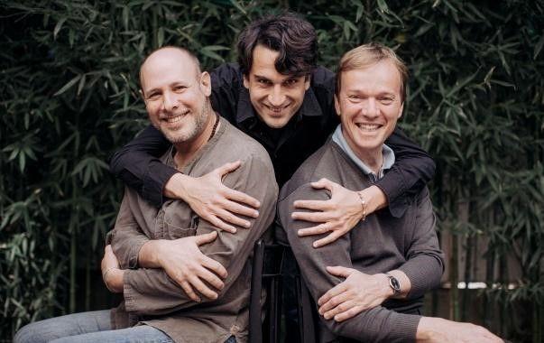Baptiste Trotignon entoure Jeff Ballard (à gauche) et Thomas Braderie (à droite)
