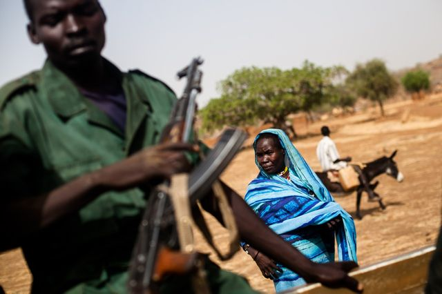 Une femme à Fama où la population est partie pour 60% à cause du manque de nourriture et des bombardements.